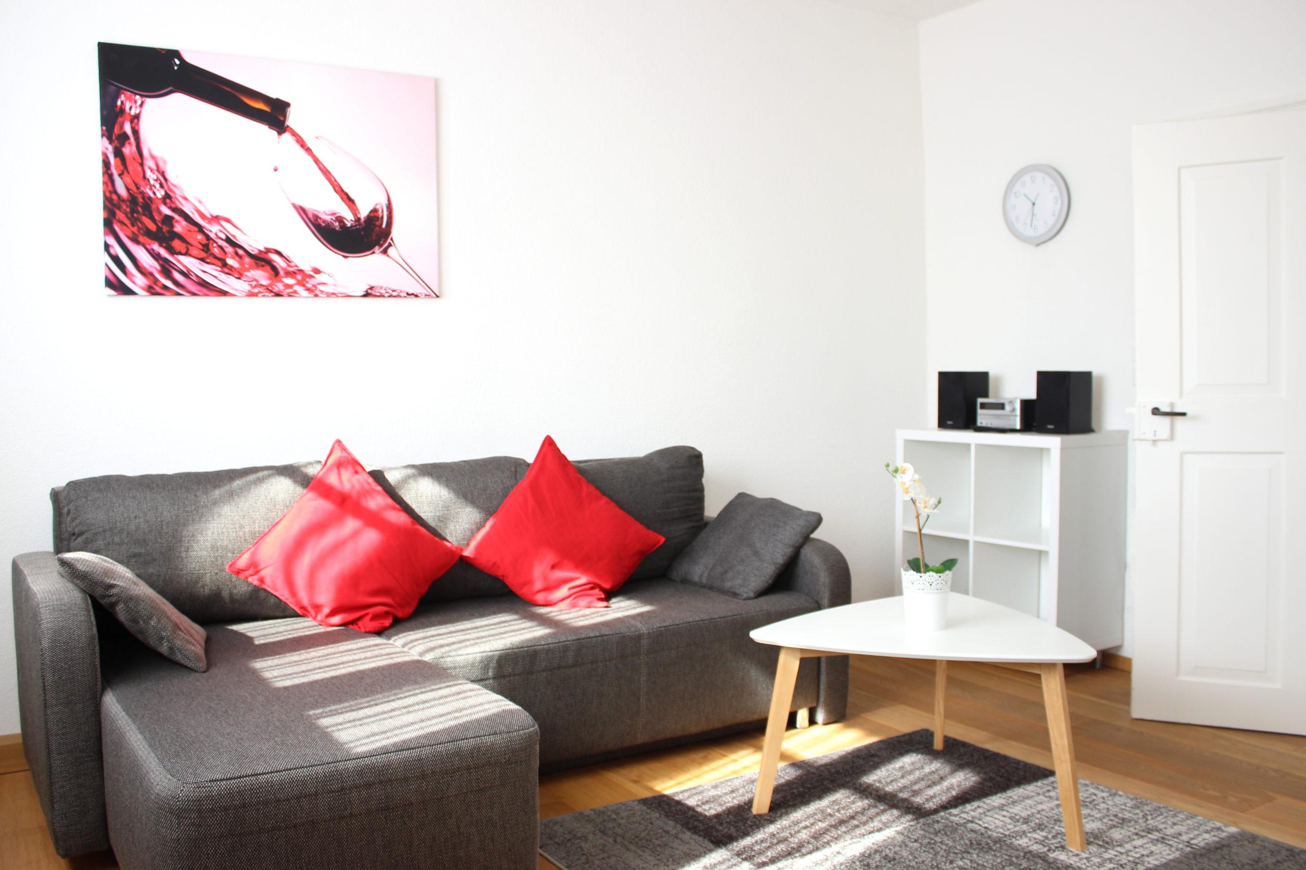Wohnzimmer mit TV, Radio und bequemem Sofa