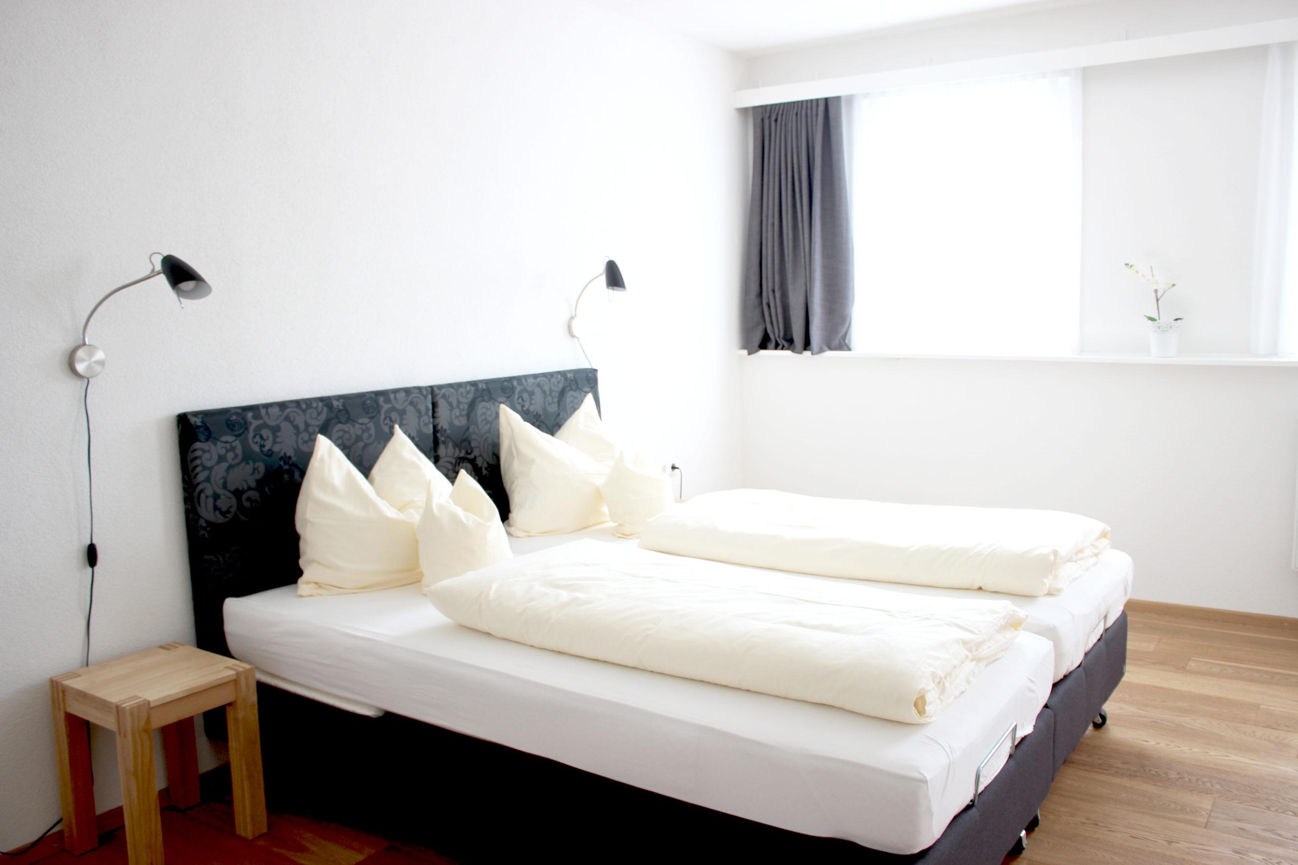 gemütliche Betten im Schlafzimmer