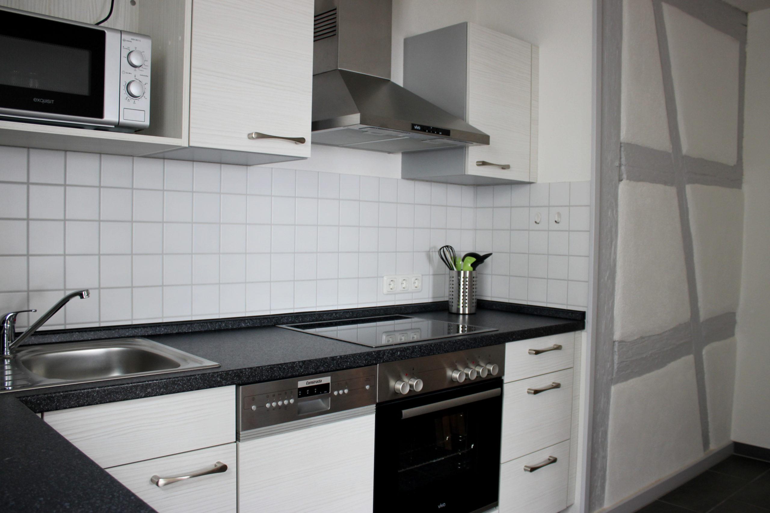 Geräumige Küchenzeile mit allem, was man zum Kochen braucht